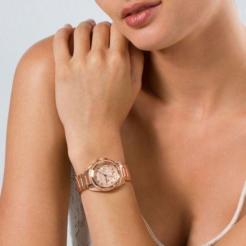 Trên tay mẫu đồng hồ đeo tay nữ thời trang Michael Kors số hiệu MK5613 được giới thiệu hôm nay